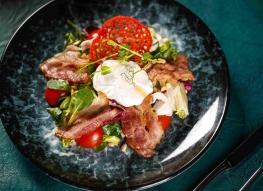 Салат с яйцом пашот и беконом