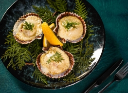 Морские гребешки на раковине под сливочно-лимонным соусом